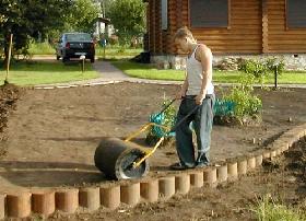 Прифкатывание почвы садовым катком